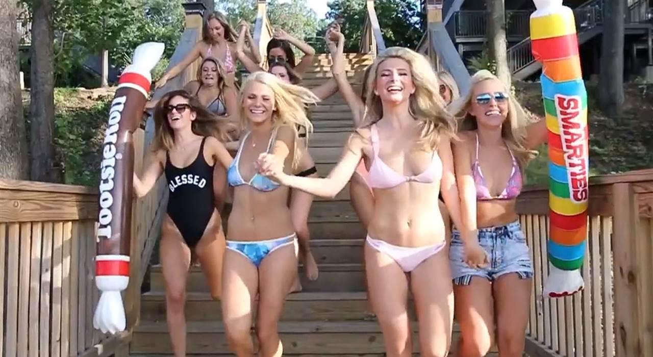 Seksowne blondynki w bikini: kontrowersyjne video amerykańskich studentek z bractwa Alpha Phi