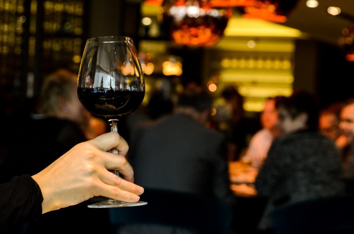 Na czym nie widać plam z wina? Superprosty sposób