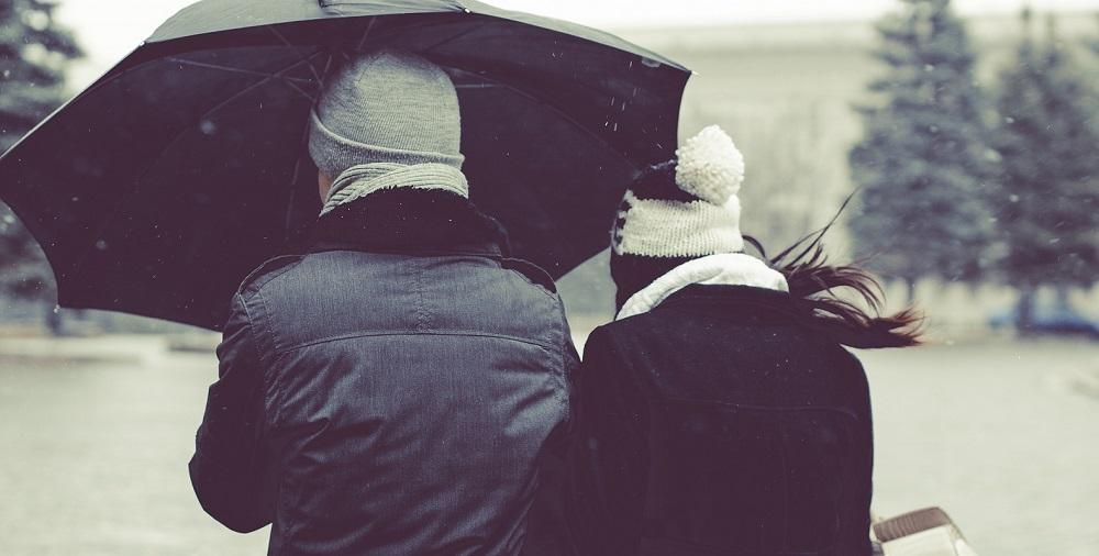 Zimowy płaszcz czy kurtka? Co lepsze i cieplejsze?