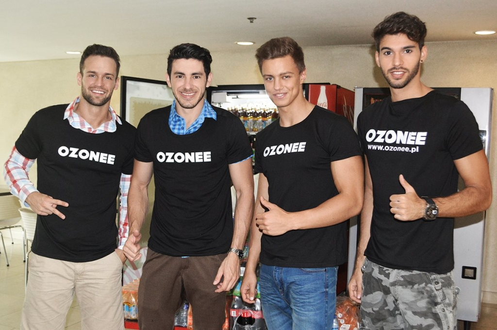 finalisci-Mister-International-w-t-shirtach-Ozonee