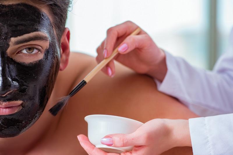 Maseczka węglowa – męski sposób na oczyszczenie twarzy
