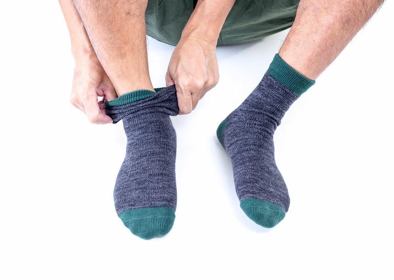 Gorący trend: spodnie dresowe wpuszczone w... skarpetki!