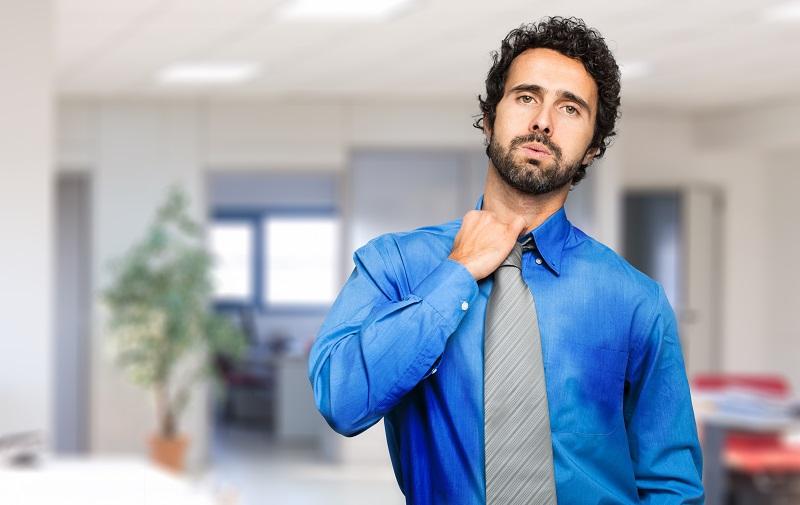 Co założyć do pracy, kiedy zaczyna się okres upałów