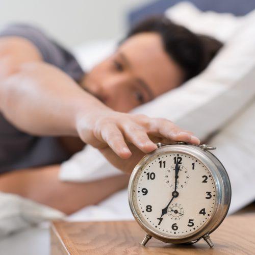 Jak nie zaspać? Sprawdzone metody na wczesne wstawanie