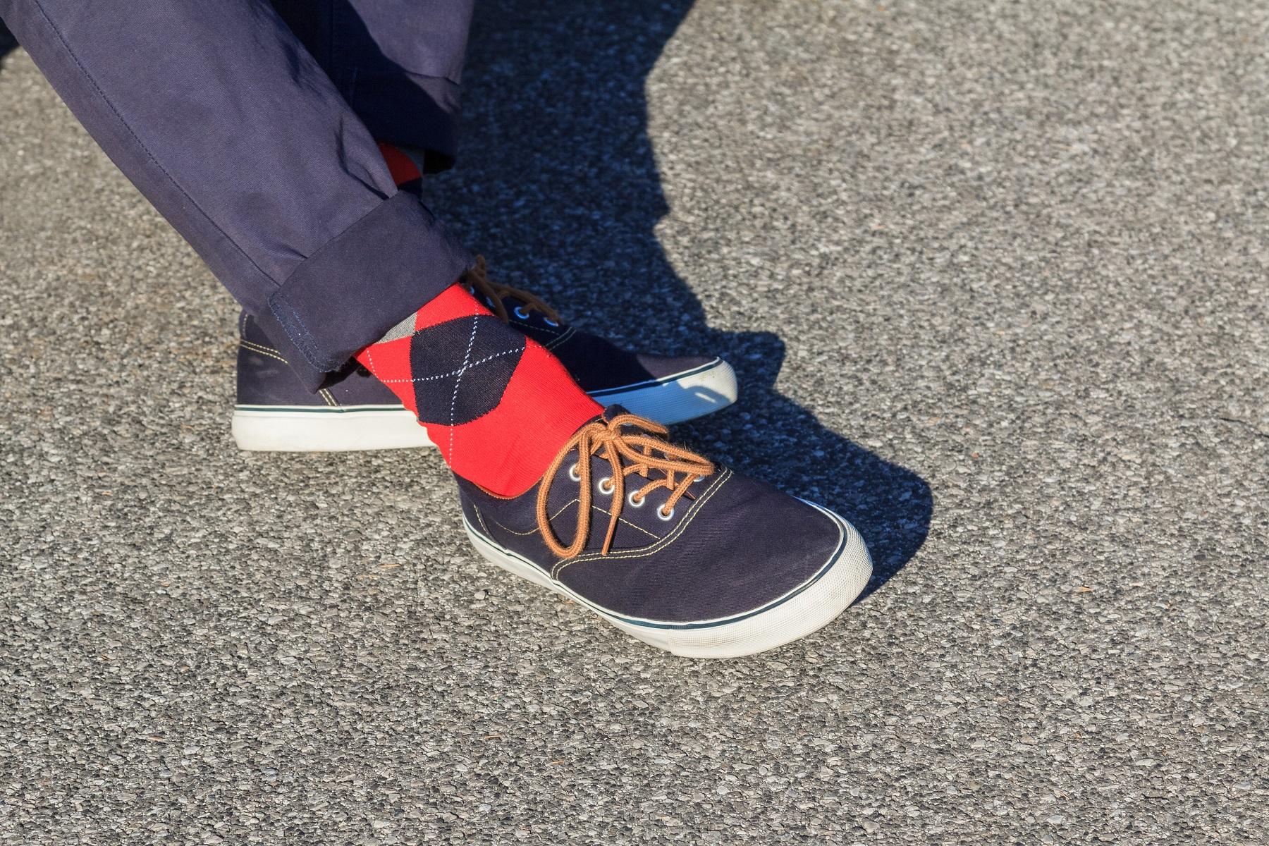 Spodnie z podwiniętymi nogawkami – jaki krój możesz skracać?