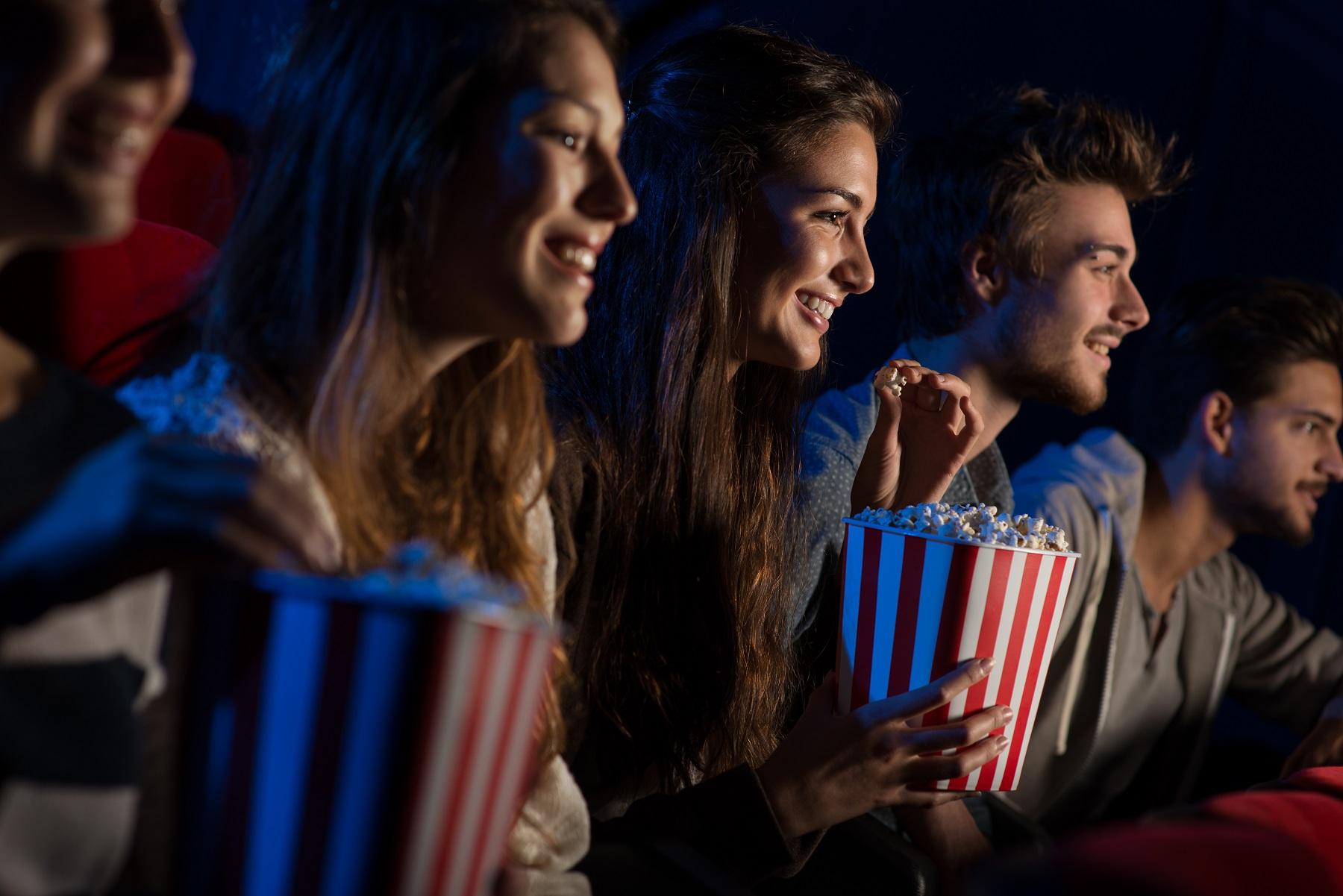 Jak się ubrać na wyjście do kina?