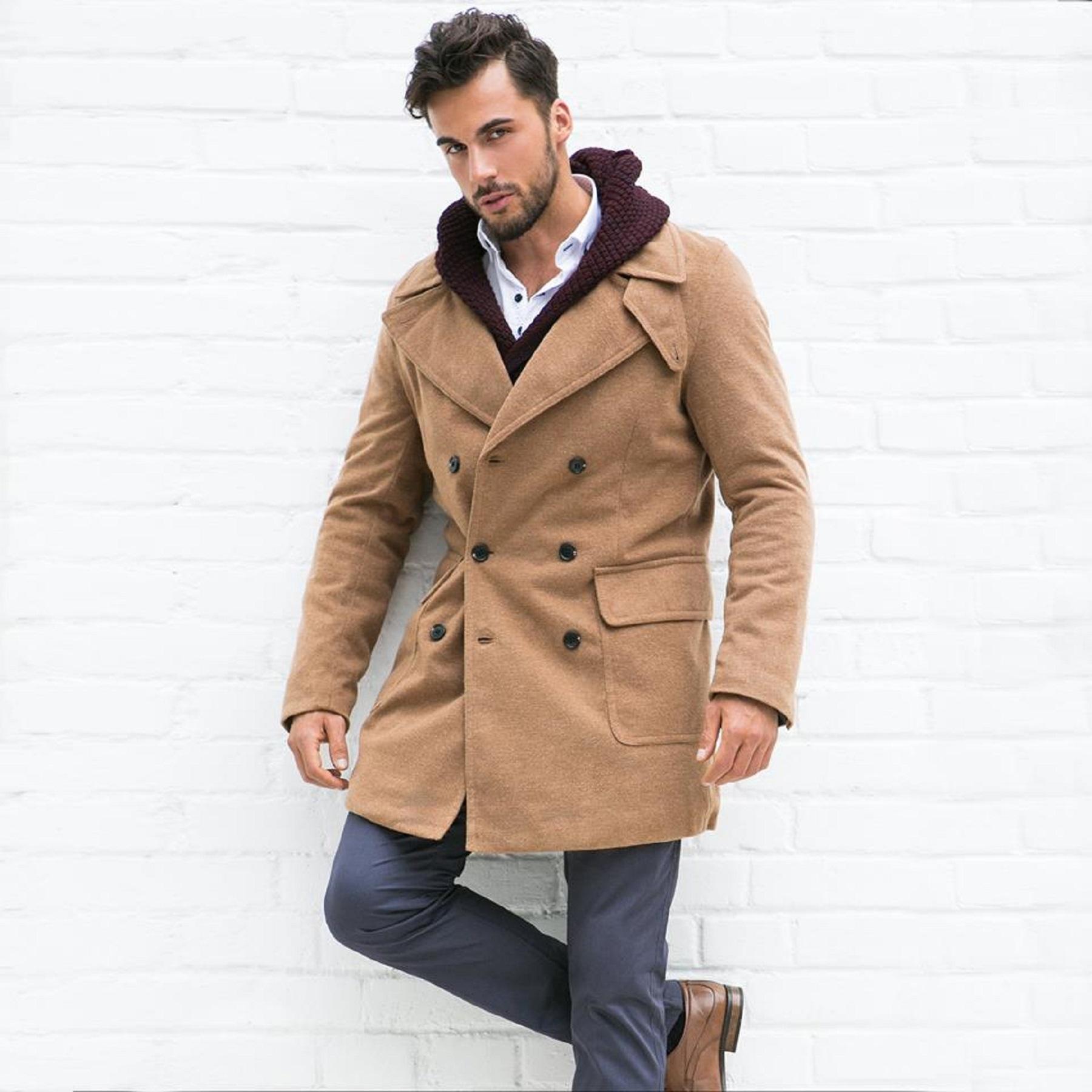 Beżowy płaszcz męski na zimę – dlaczego warto go mieć?