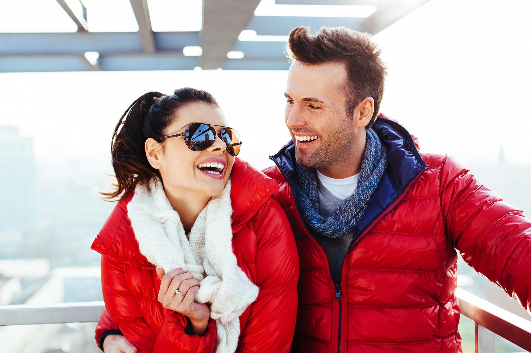 Zimowa energia – czerwona kurtka męska w miejskim wydaniu