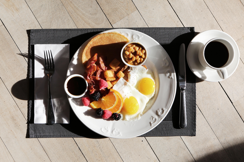 Najlepsze śniadanie na kaca – radzimy jak się ratować