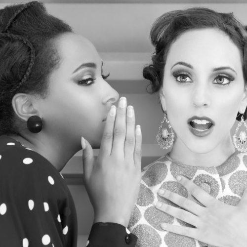 Dwie plotkujące kobiety