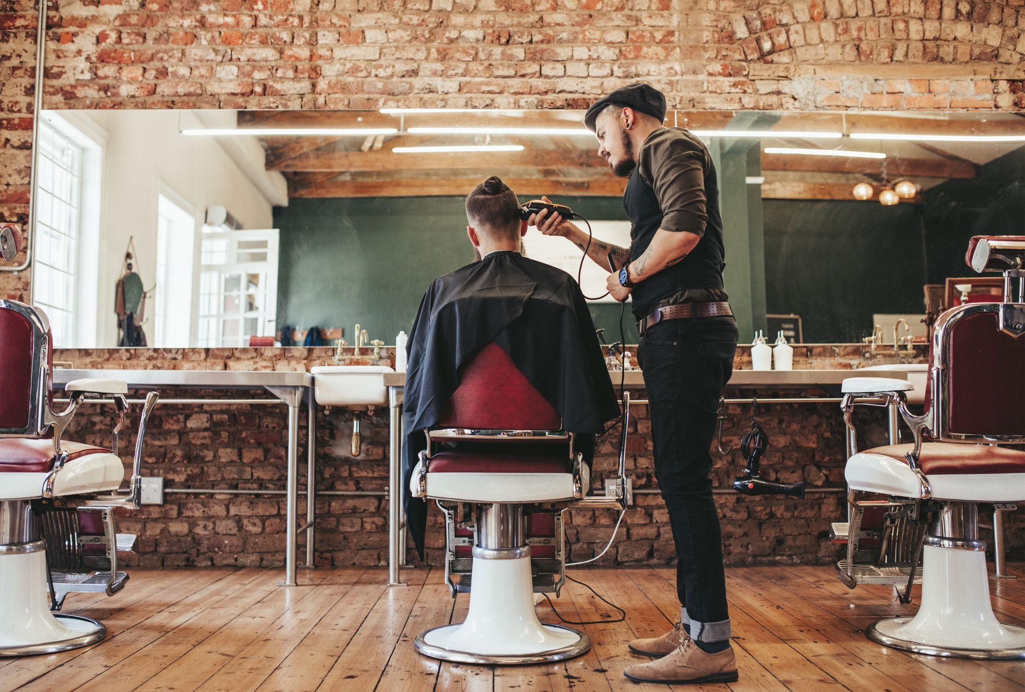 Fryzjer czy barber? Kogo wybrać?