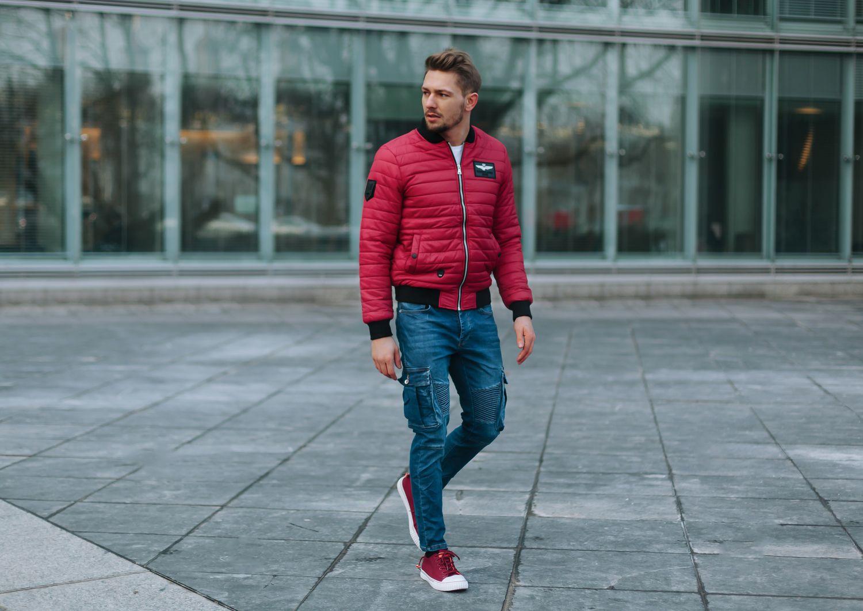 Styl mężczyzny: do czego nosić kolorowe trampki?