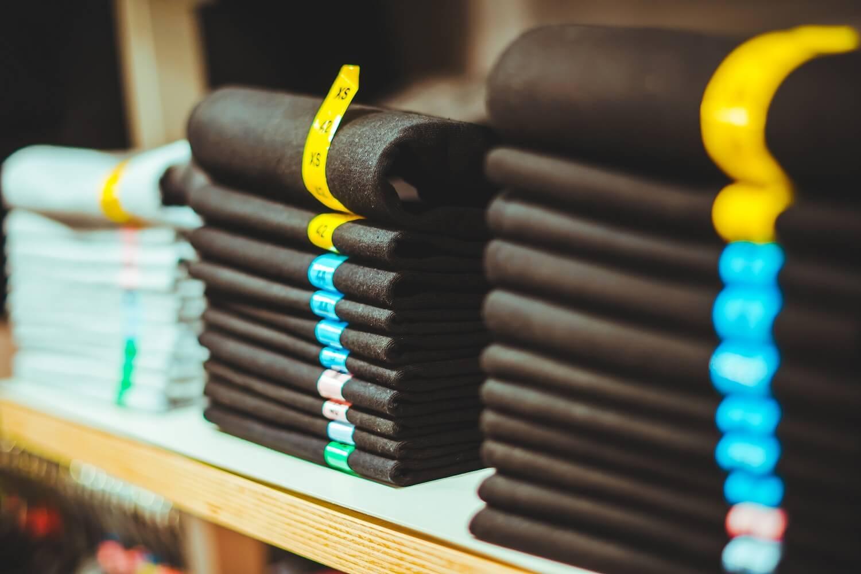 Jakie wybrać spodnie do męskiej czarnej koszuli?