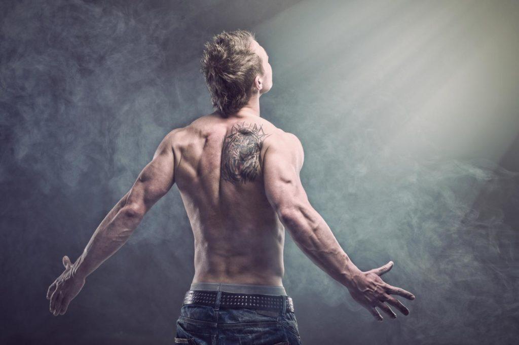 Tatuaż na plecach młodego mężczyzny