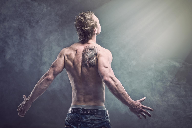 Tatuaż Na Plecach Młodego Mężczyzny Blog O Modzie Męskiej