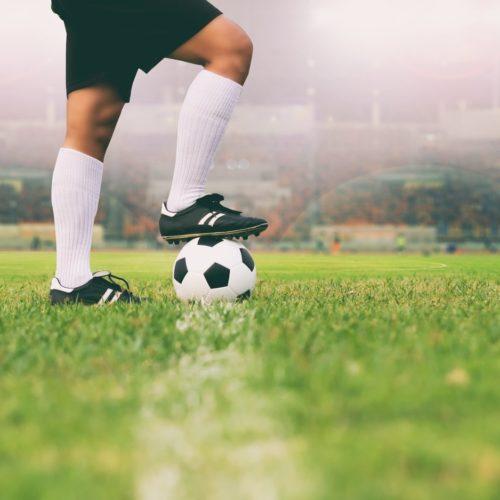 Boisko piłkarskie i piłka na linii