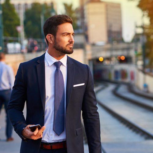 Meżczyzna w garniturze z dobrze zawiązanym krawatem