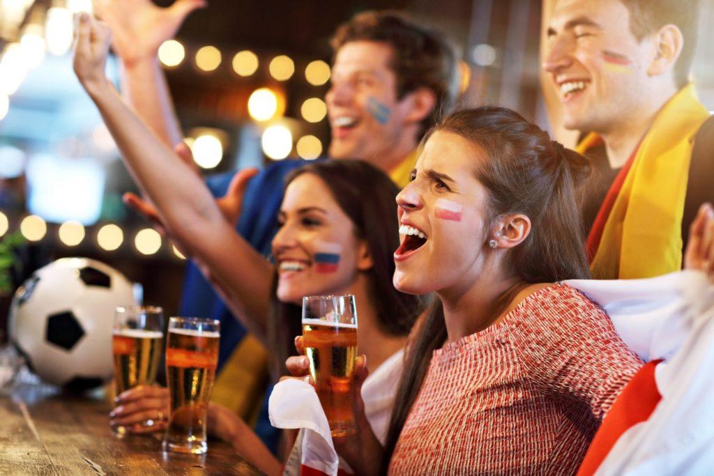 Grupa przyjaciół w pubie podczas meczu