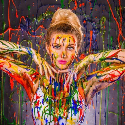 Kobieta pomalowana kolorową farbą