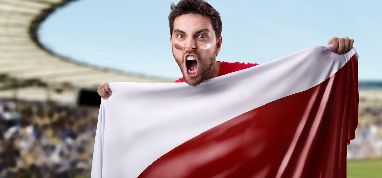 Kibic Reprezentacji Polski Trzymający Flagę Polski