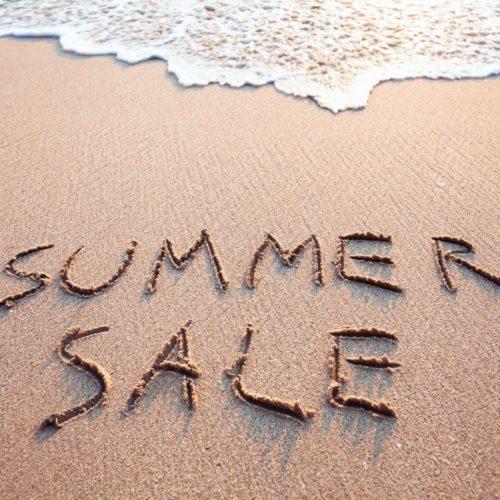 Letnia wyprzedaż - napis na piasku na plaży