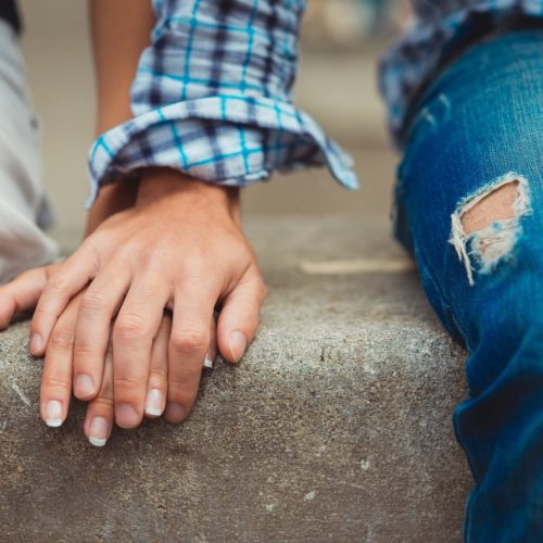 Pierwsza randka - splecione dłonie
