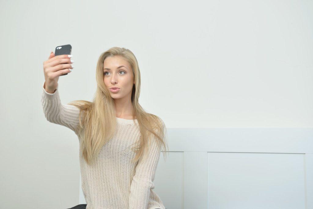 Seksowna dziewczyna robi sobie selfie