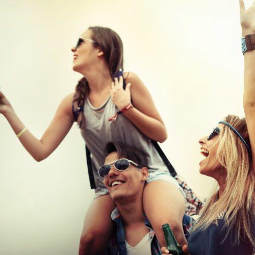 Grupa znajomych celebruje festiwal muzyczny