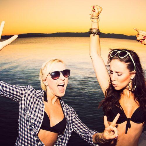 Kluby nad morzem, tańczące dziewczyny