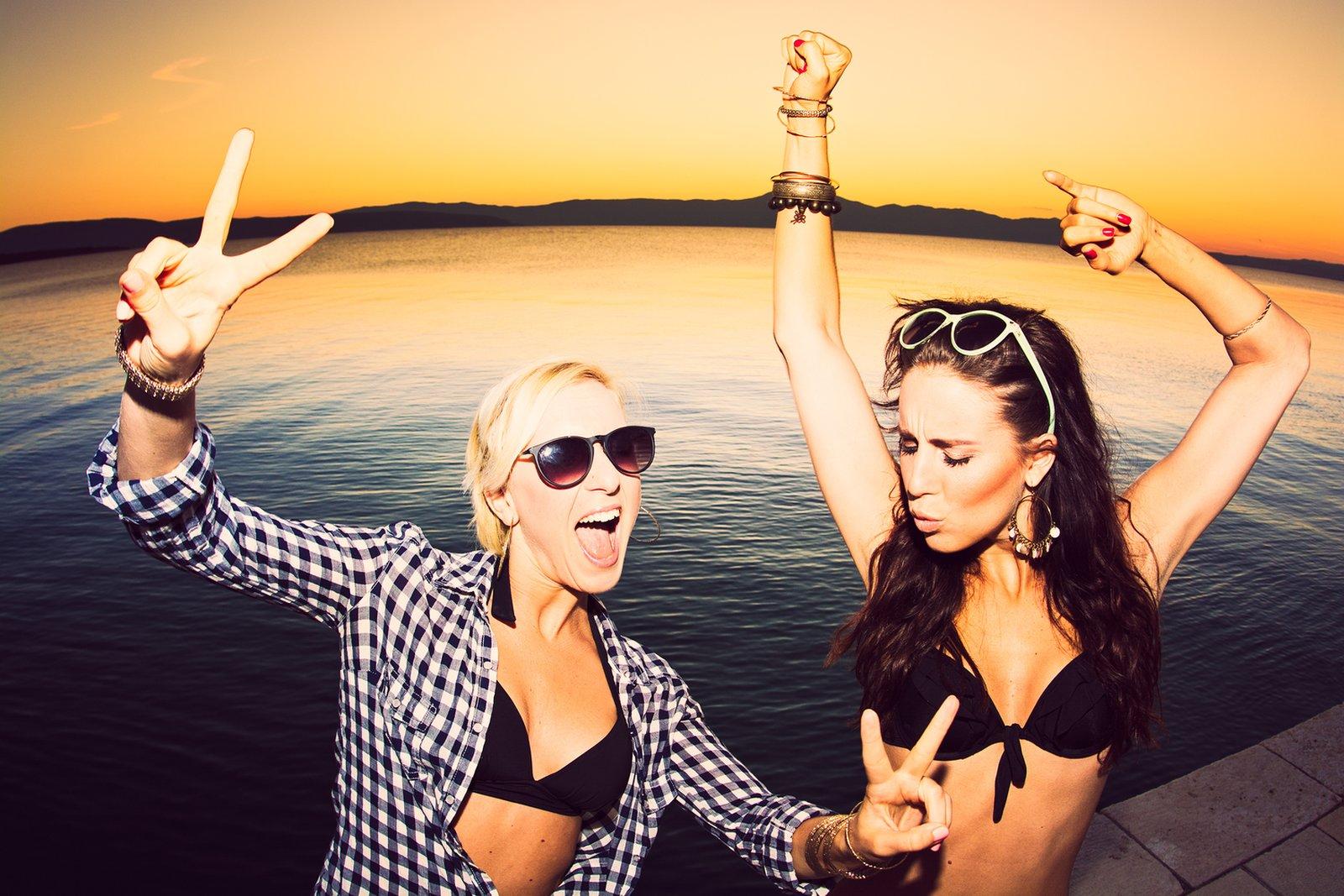 Spędzasz wakacje nad morzem? Sprawdź kluby, które powinieneś odwiedzić!