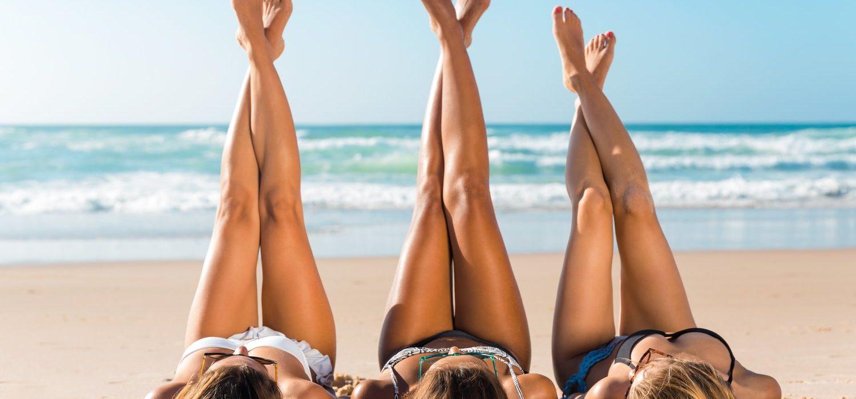 Kobiety w bikini na plaży