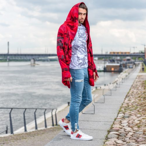 Model ubrany w czerwoną oversizeową bluzę