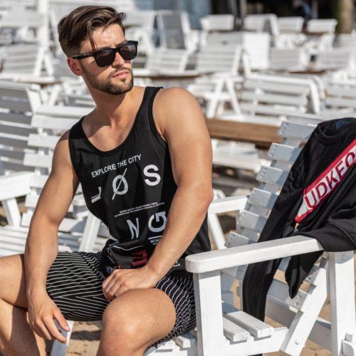 Mężczyzna w okularach przeciwsłonecznych