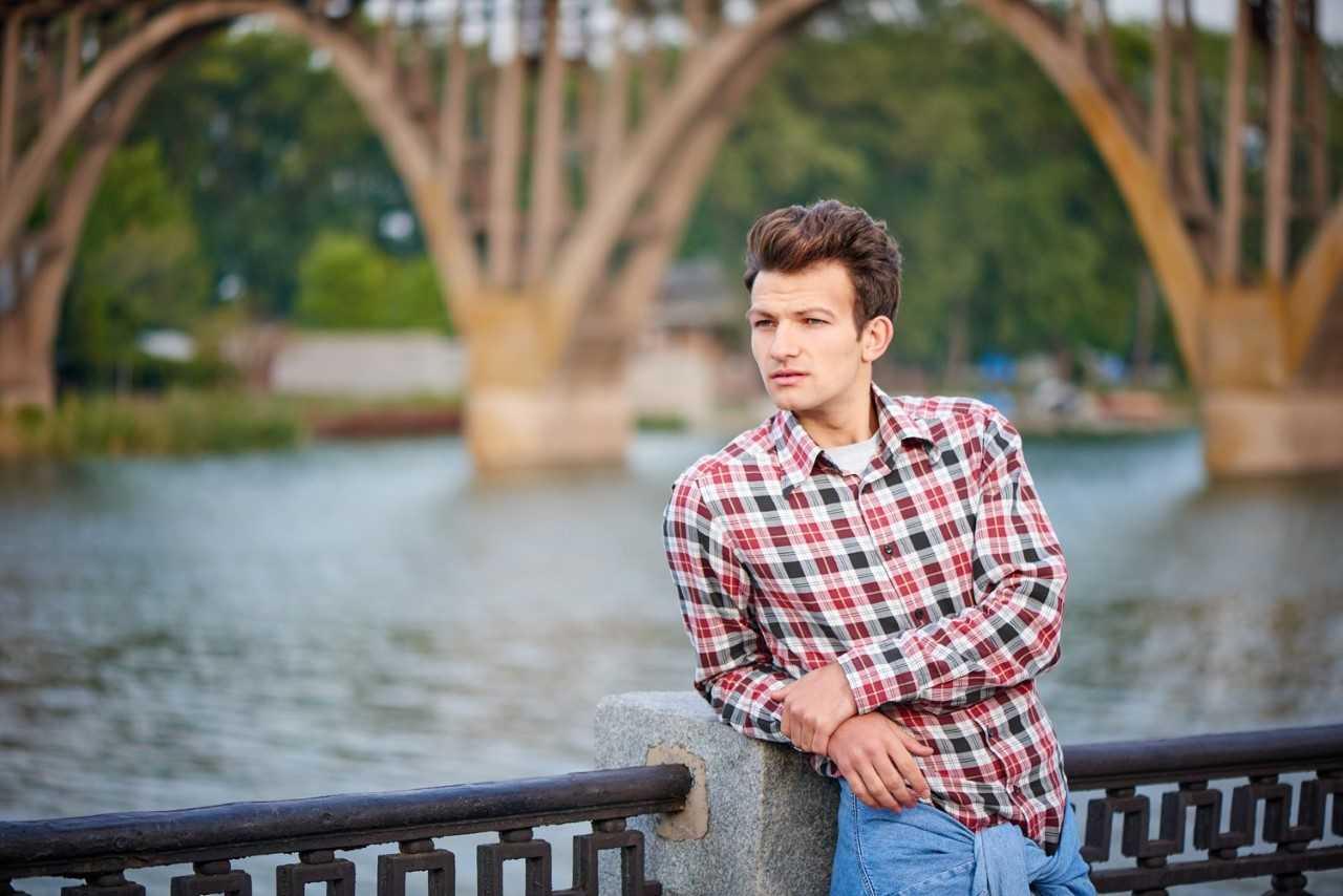 Joggery i koszula – jak nosić?