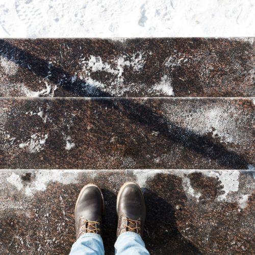 Sól na butach w zimie
