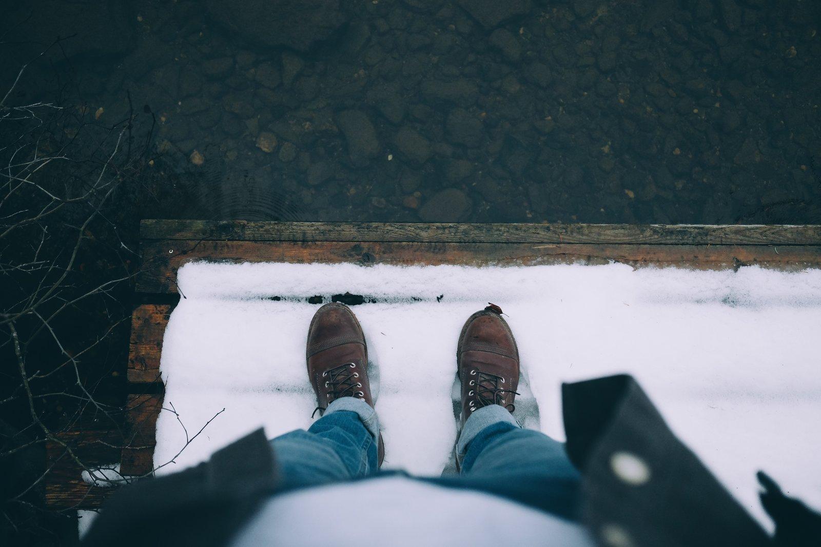 Jak nosić spodnie do butów za kostkę – wpuszczać czy podwijać nogawkę?
