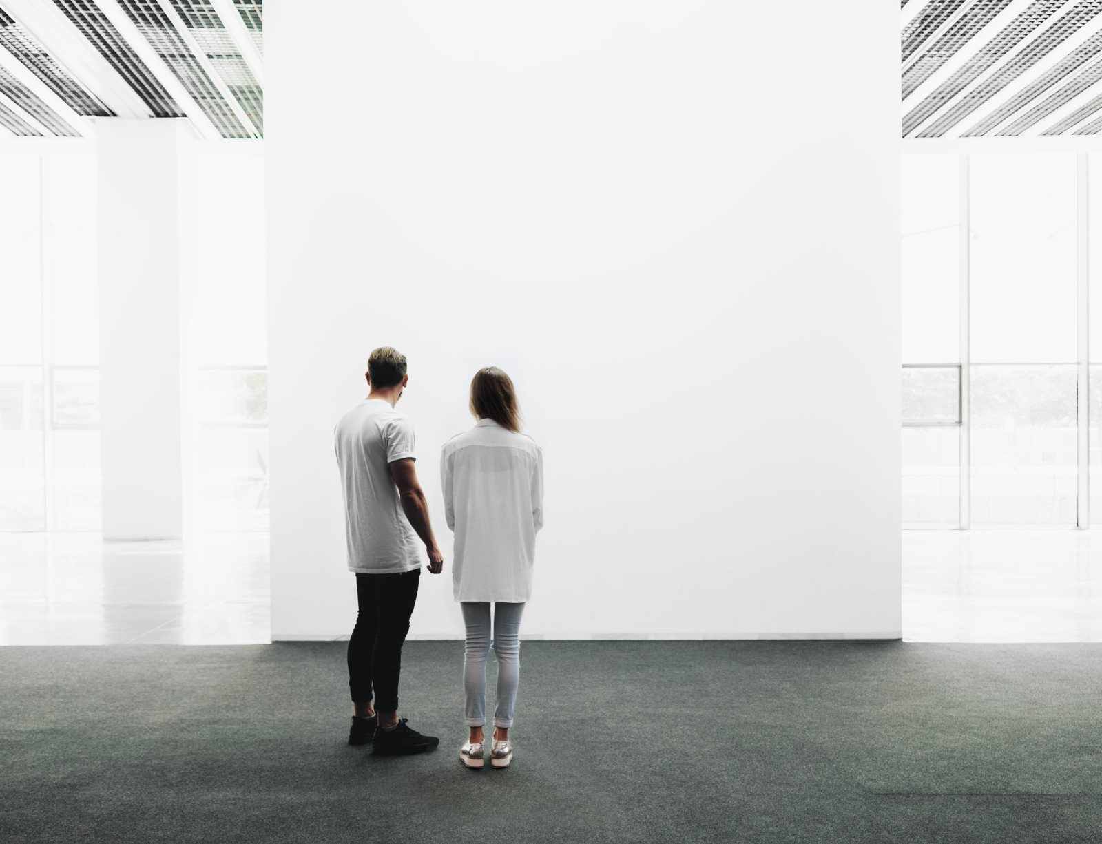 Para w galerii sztuki