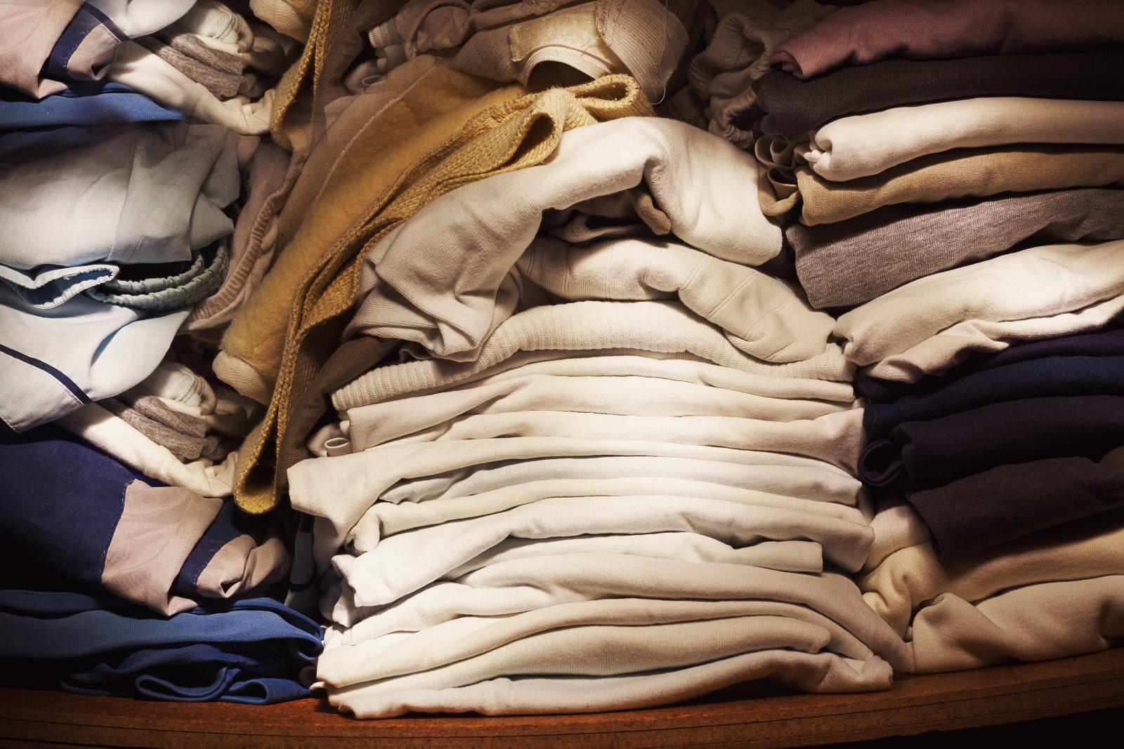 Wietrzenie szafy: 4 typy ubrań, których już dawno powinieneś się pozbyć