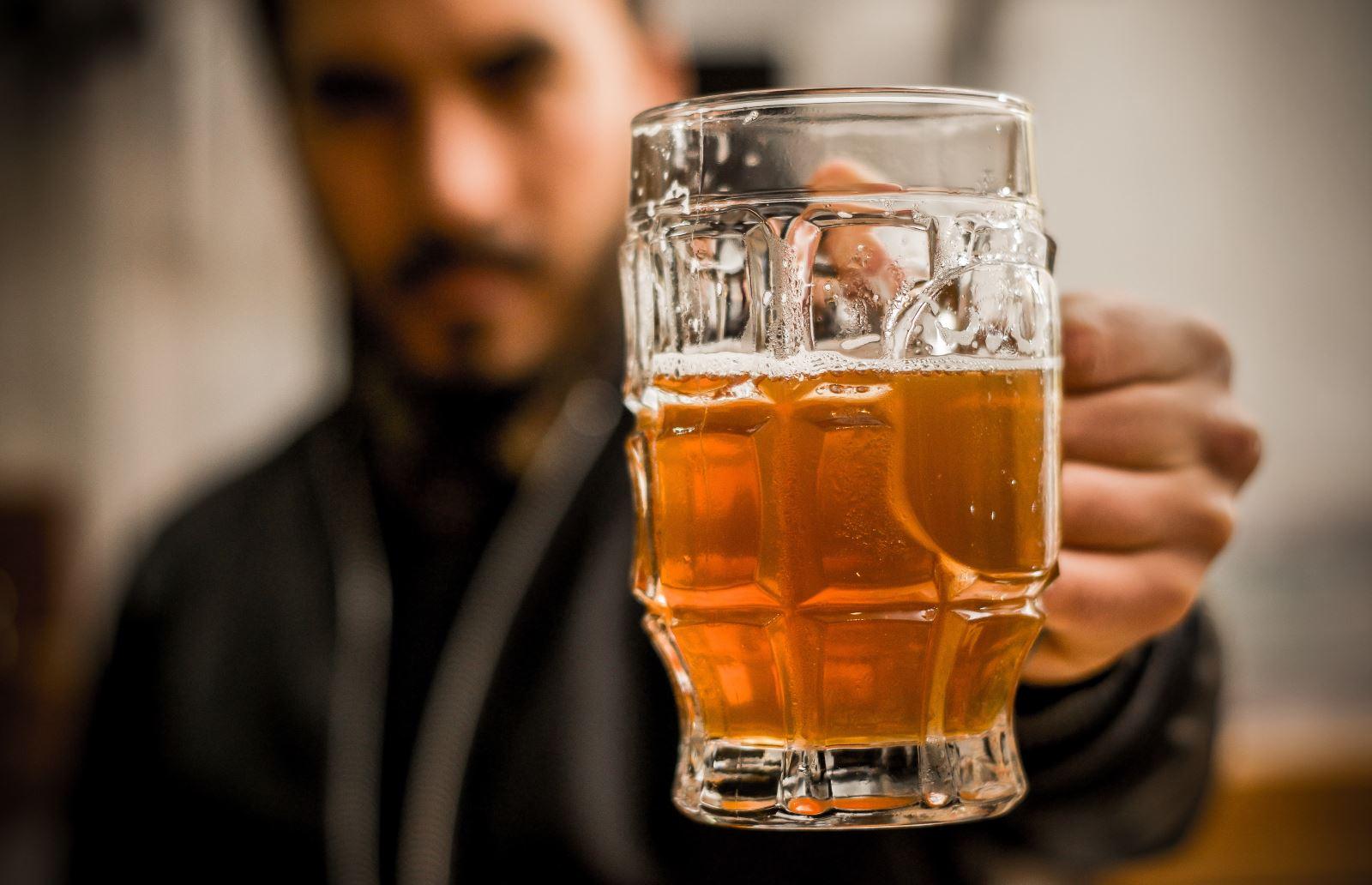 Barman trzyma piwo pale ale
