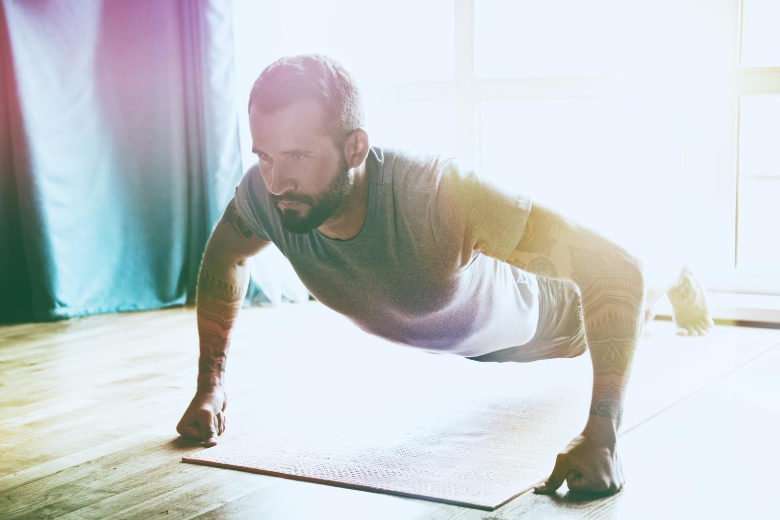 Trening pleców w domu: 4 proste ćwiczenia, które możesz wykonać sam i bez sprzętu