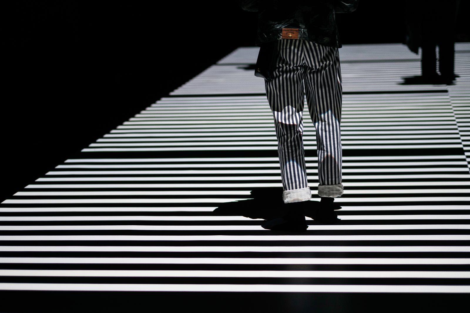 Trendy 2019: moda na przykrótkie męskie spodnie