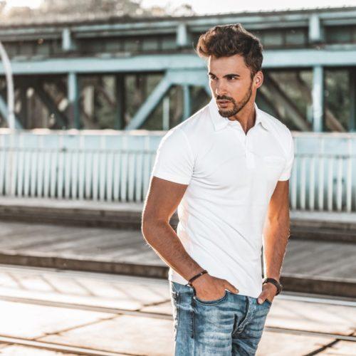 model ubrany w białą koszulę polo