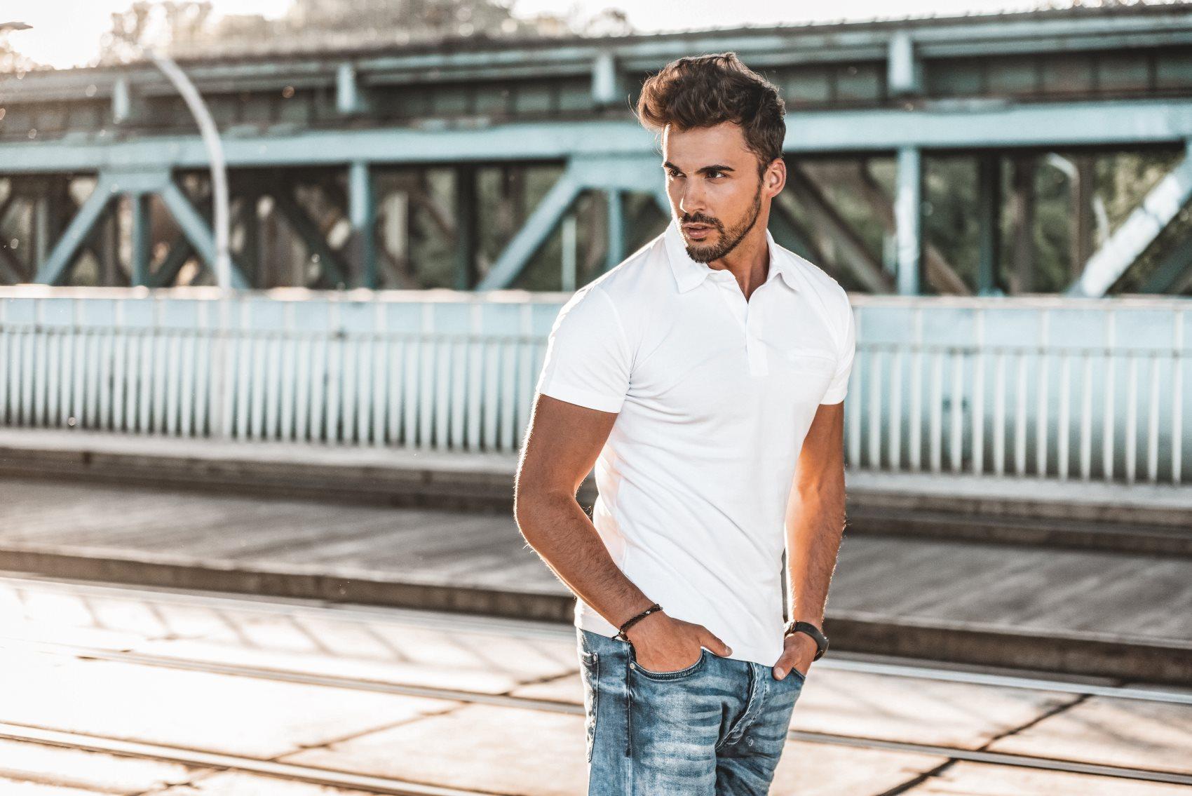 Spodnie, spodenki i koszule na lato. Jak się ubrać, gdy za oknem mocno grzeje?