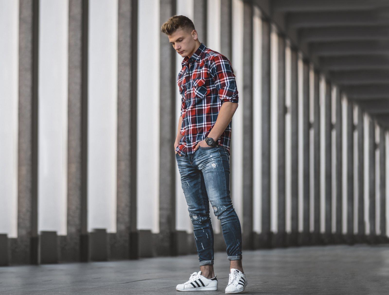 Modne jeansy męskie: jak wybrać idealną parę? Praktyczny poradnik