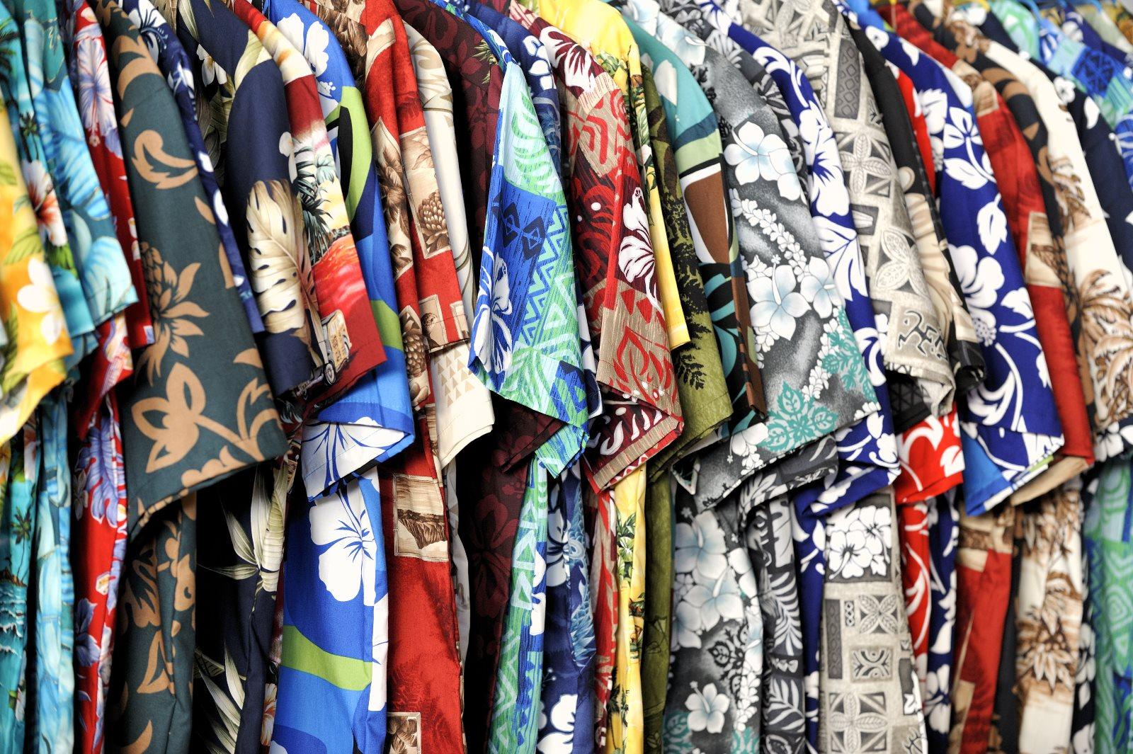 Kolorowe koszule męskie – jak i z czym je nosić?
