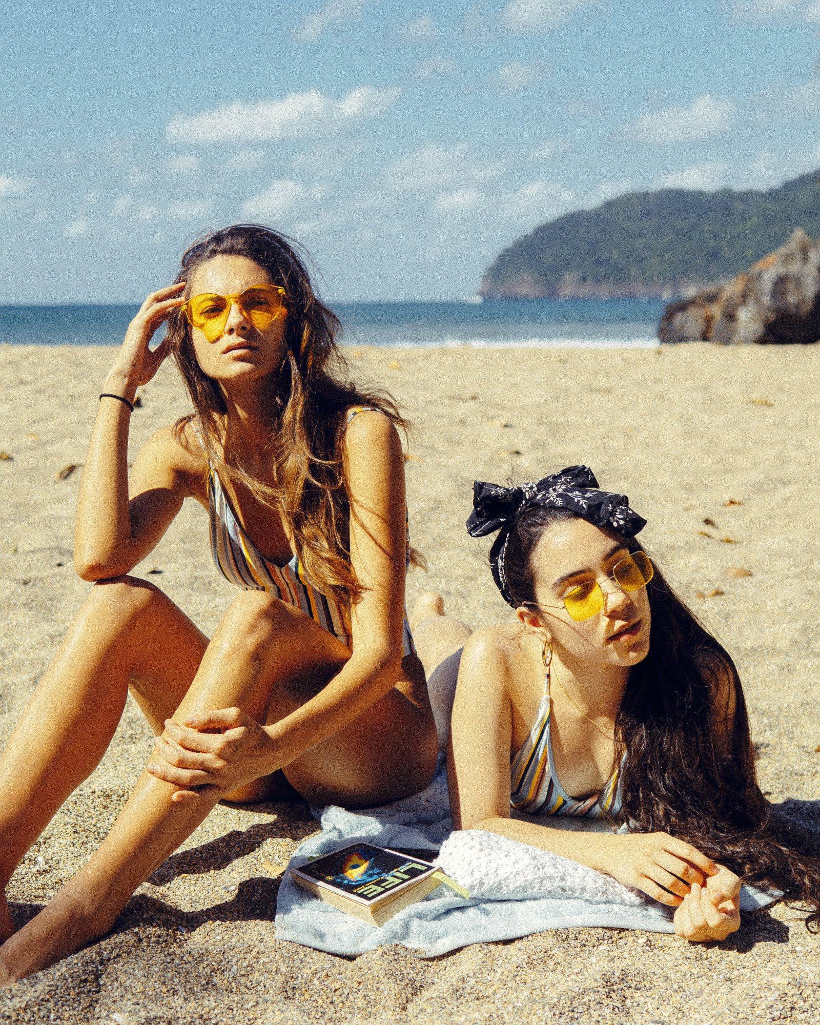 kobiety leżące na plaży