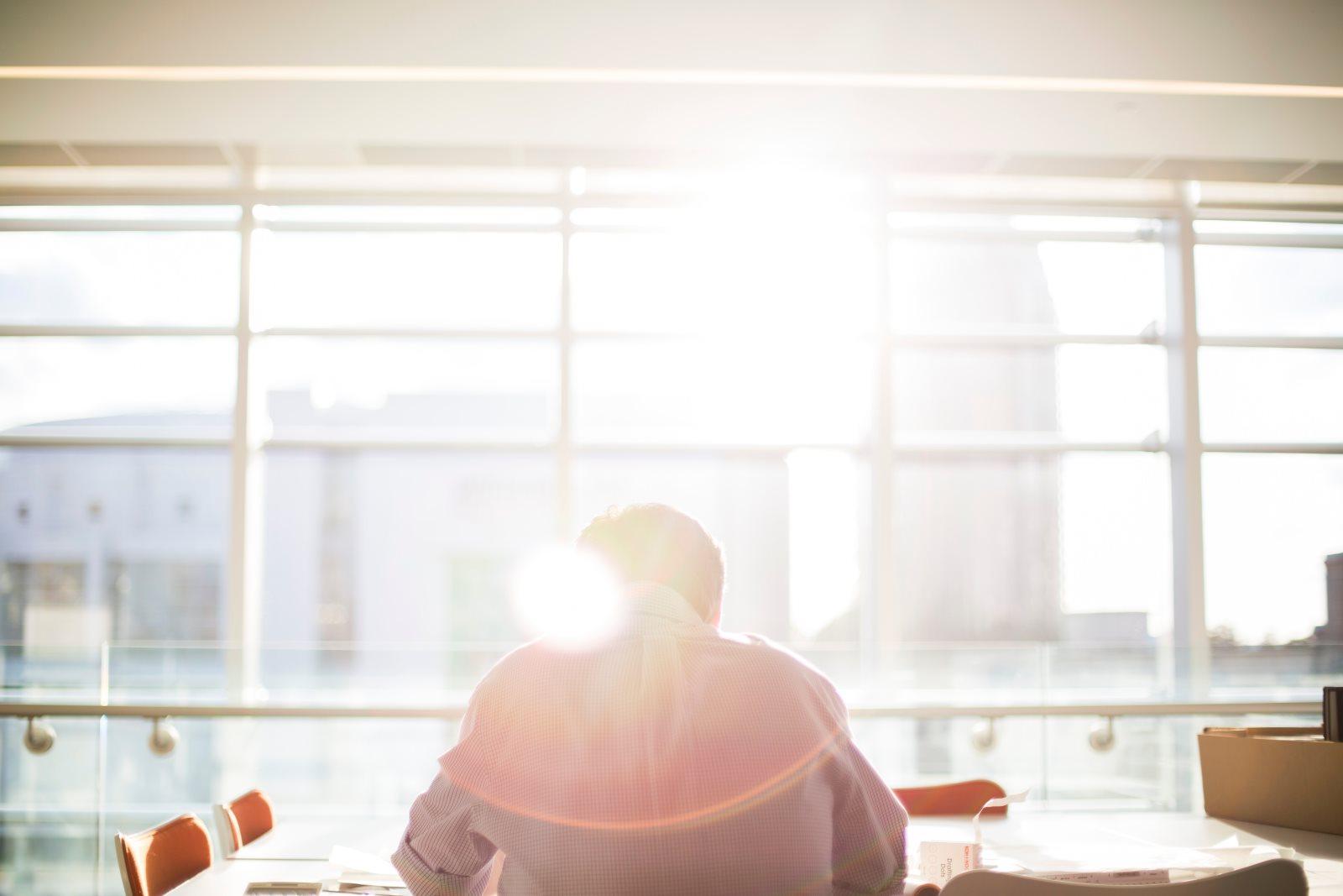 Jak się ubrać do biura latem? Propozycje 3 stylówek