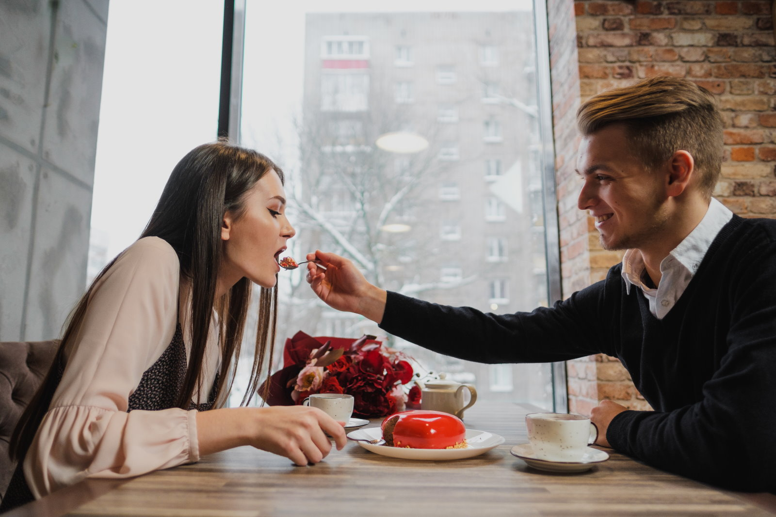 Czy kobiety chodzą na randki tylko po to… żeby się najeść?