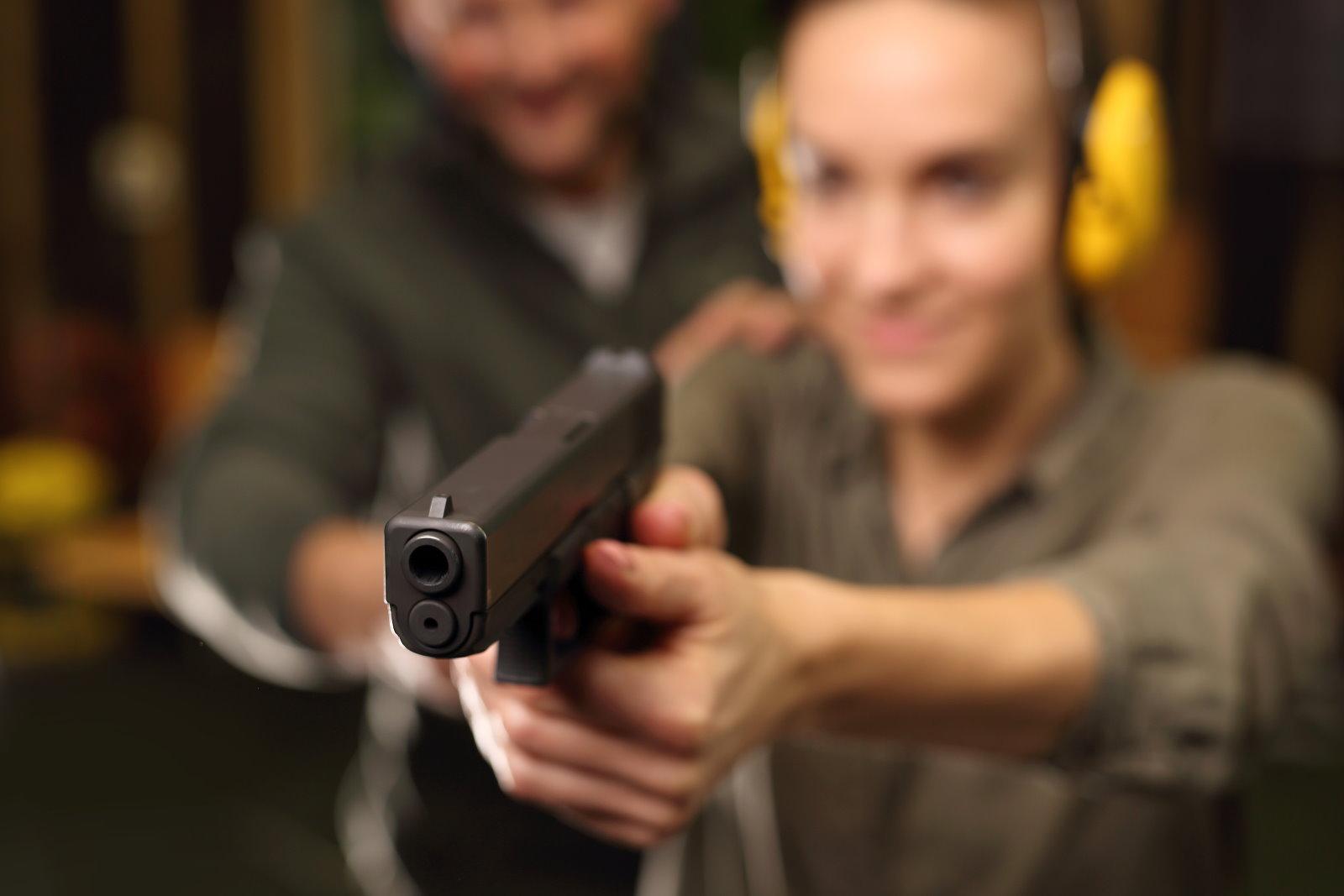 kobieta na strzelnicy