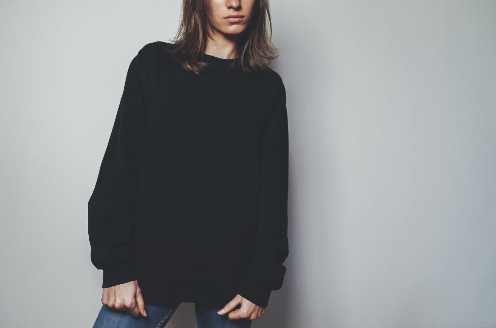 dziewczyna w czarnej bluzie